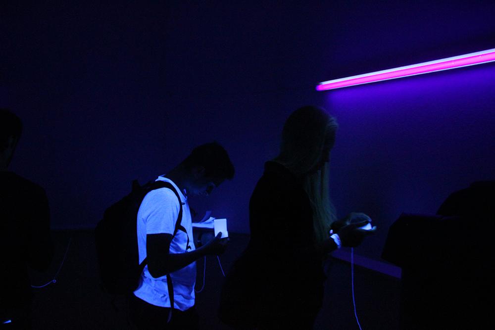 """""""Neulich Nacht"""", Daumenkinos unter Schwarzlicht, entstanden in der Lehrveranstaltung """"Filmmaschinen – wenn Bilder laufen lernen"""" mit Ulrich Vogl."""