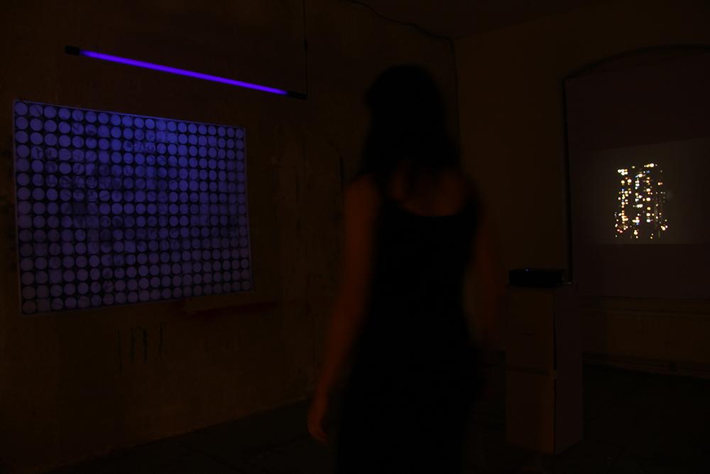 """Links: """"Ein Augenblick"""", Zeichnung und Druck von Tabea Heller. Rechts: """"Licht im Haus"""", Video von Nadja Kuras"""