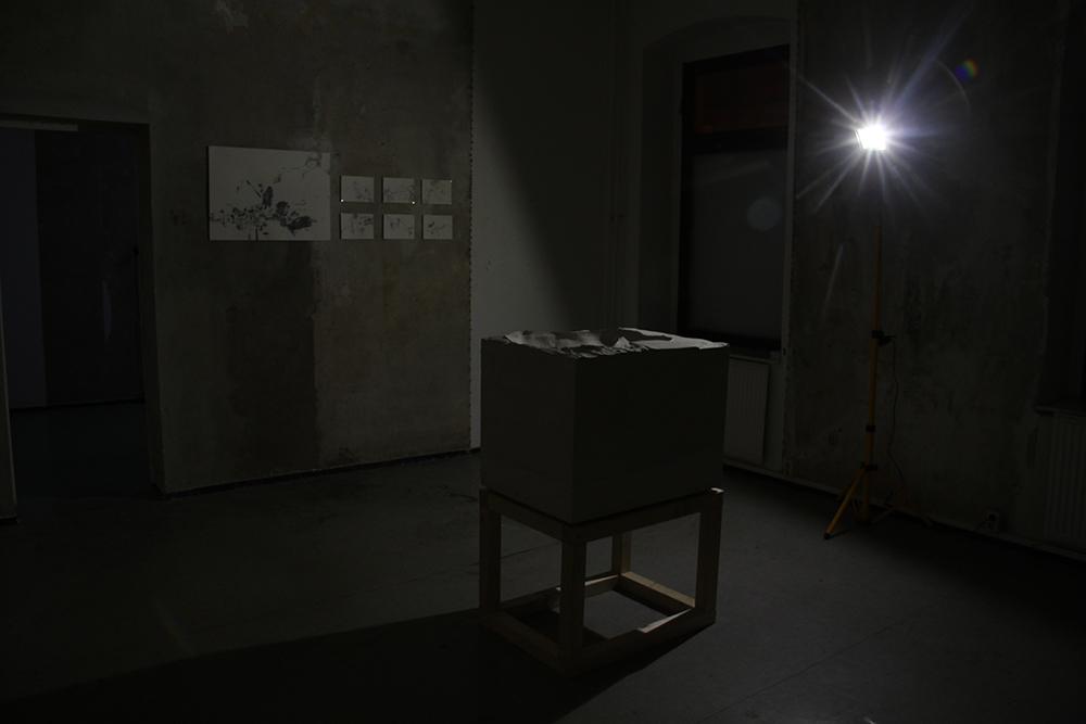 """""""Block III"""", Plastik von Marie Neumann, im Hintergrund Grafiken von Paula Grosse"""
