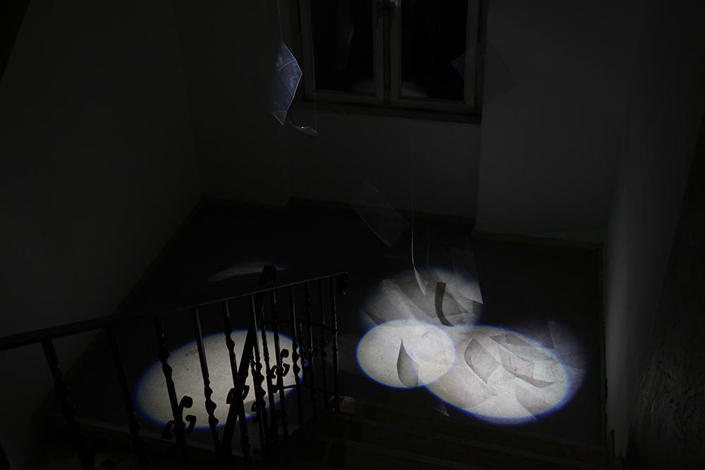 """""""Wie schwer wiegt das Licht?"""" Installation von Jönna Zander und Jana Bouillon. Dieses und alle Fotos ohne Autoren-Angabe: Karla Zipfel"""